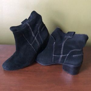 Vince camuto black suede boot size 8 tan stitches